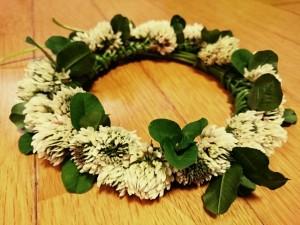シロツメクサの花輪